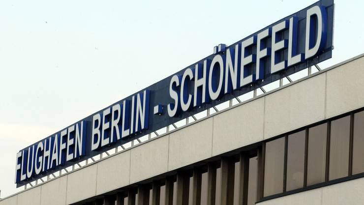 Der Betrieb am Flughafen Berlin-Schönefeld wurde Medienberichten zufolge nach dem Fund einer Weltkriegsbombe eingestellt. (Archivbild)