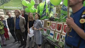 """Mitglieder der Grünen beim Einreichen ihrer Volksinitiative """"Für eine Grüne Wirtschaft"""". (Archivbild)"""