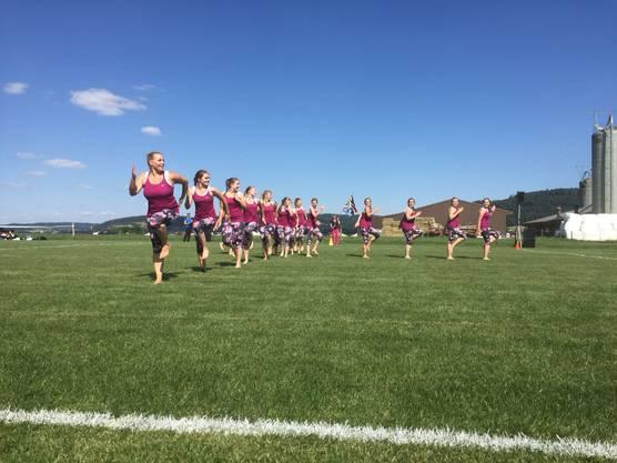 Die Damenriege Hausen in Action beim Kleinfeldgymnastik auf dem super Turnfestrasen in Remigen.