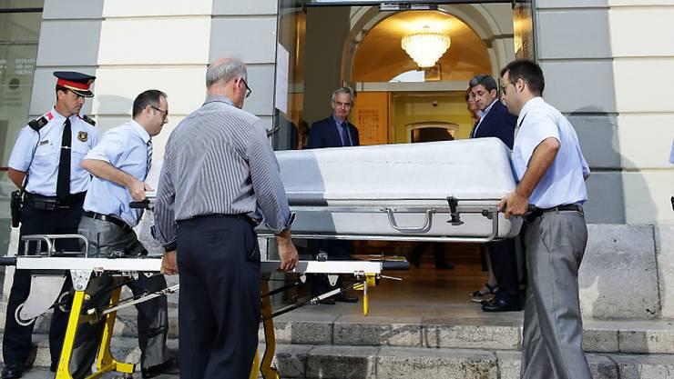 Mitarbeiter des Forensischen Instituts tragen einen Sarg ins Theater-Museum Dalí, um die exhumierte Leiche von Salvador Dalí abzuholen. An Gewebeproben des Verstorbenen soll ein Vaterschaftstest vorgenommen werden.