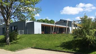 Mit der Aufstockung des Kindergartenpavillons im Erbslet können drei Klassenzimmer erstellt werden. zvg