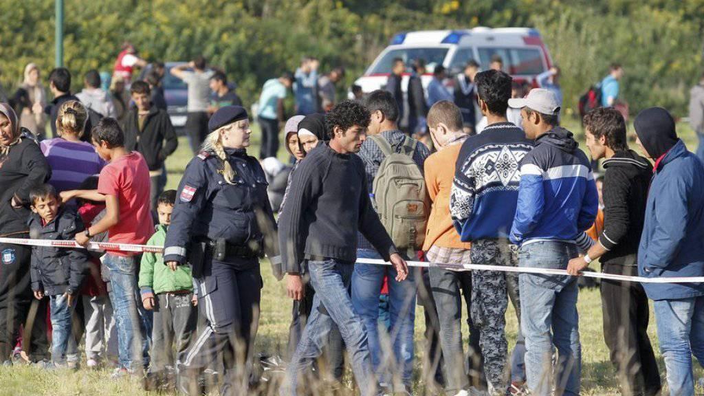 Flüchtlinge am Montag bei der ungarisch-österreichischen Grenze nahe dem österreichischen Heiligenkreuz.