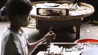 Diese Kinder in Burma müssen Zigarren rollen (Archiv)