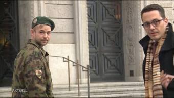 Weil ein junger Aargauer das Militär-Sturmgewehr unter dem Bett seiner Freundin aufbewahrte, muss er nun vor dem Militärgericht antraben.