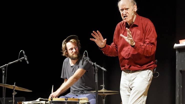 Schlagzeuger Julian Sartorius und Lokalmatador Franz Hohler waren bei der Veranstaltungsreihe Knapp live in der Schützi zu Gast.