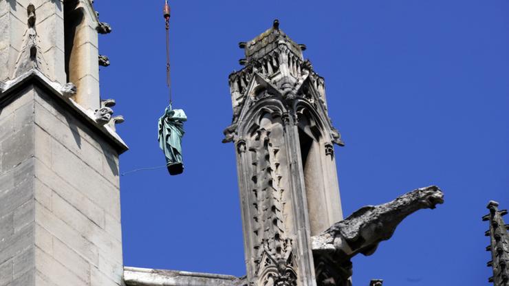 Vor dem Brand, vor einigen Tagen, wurden 16 Kupferstatuen vom Dach der Kathedrale abgenommen, um sie in Südfrankreich restaurieren zu lassen. Was für ein Glück! Insgesamt gibt es im Innenraum der Kathedrale 37 Darstellungen der Jungfrau Maria, hinzu kommen moderne Statuen. Sie sollen den Brand am Montagabend überstanden haben.