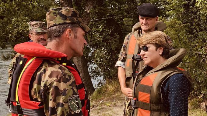 Viola Amherd auf Bootstouren den Sappeure und Rammpontoniere.