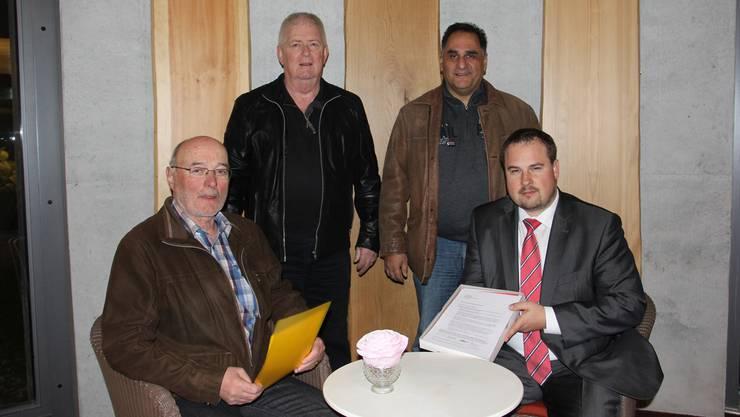 Ueli Rufli (von links), Ernst Wüst und Antonino Vecchio übergeben dem Präsidenten des Altersheimvereins Eigenamt, Tobias Kull, die Unterschriftensammlung.