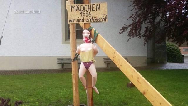 Sexpuppe vor Kirche aufgestellt
