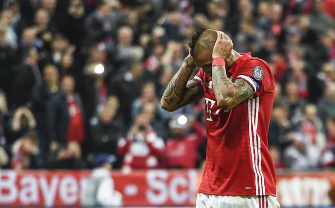 Es ist das beste Spiel der Ausgabe 16/17. Die Bayern reisen mit einer 1:2-Hypothek zum Rückspiel nach Madrid. Real wackelt, aber fällt nicht, siegt 4:2 nach Verlängerung. Trotzdem gibt es nur ein Thema: Die vielen Fehlentscheide des Schiedsrichters. Videobeweis, wo bist du?