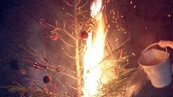 Aufgrund ihrer Dürre sind Weihnachtsbäume und Adventskränze aktuell sehr explosiv. (Symbolbild)