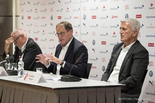 Verbandspräsident Peter Gilliéron, Nationalmannschafts-Delegierter Claudio Sulser und Vladimir Petkovic an der PK.