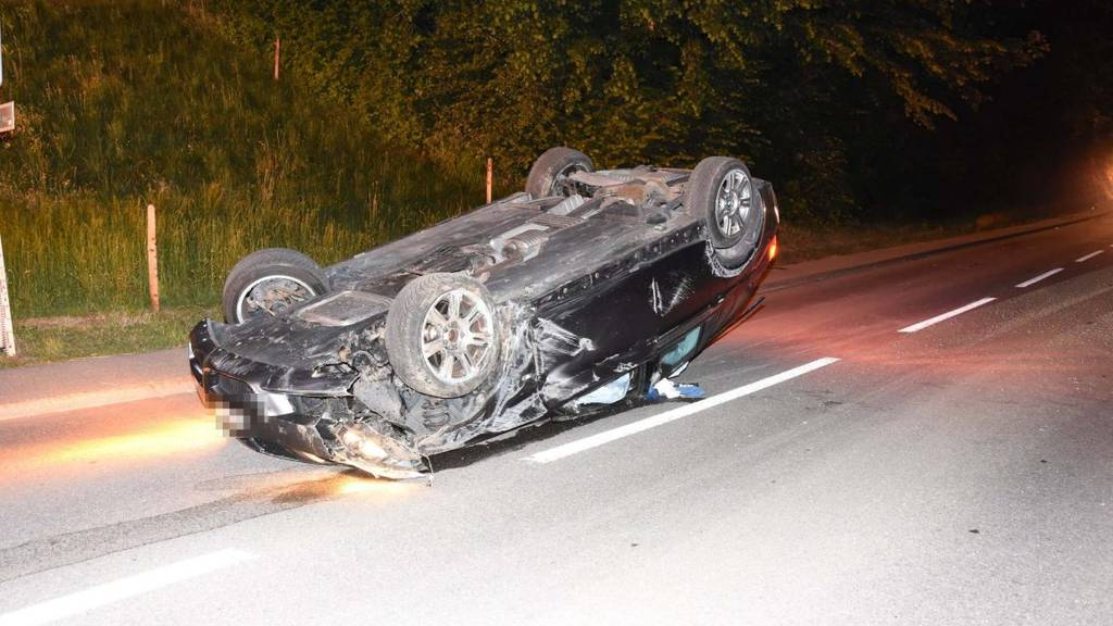 Der 18-Jährige und seine drei Mitfahrer verletzten sich beim Unfall.