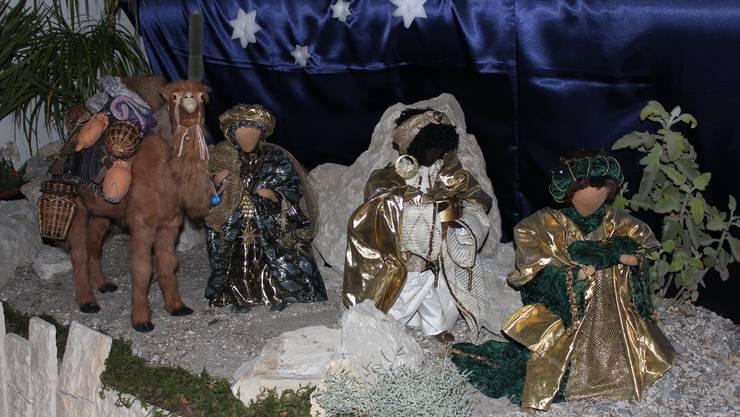 Die Figuren der drei Könige tragen in Walterswil golden schimmernde Kleider und werden von einem Kamel begleitet.