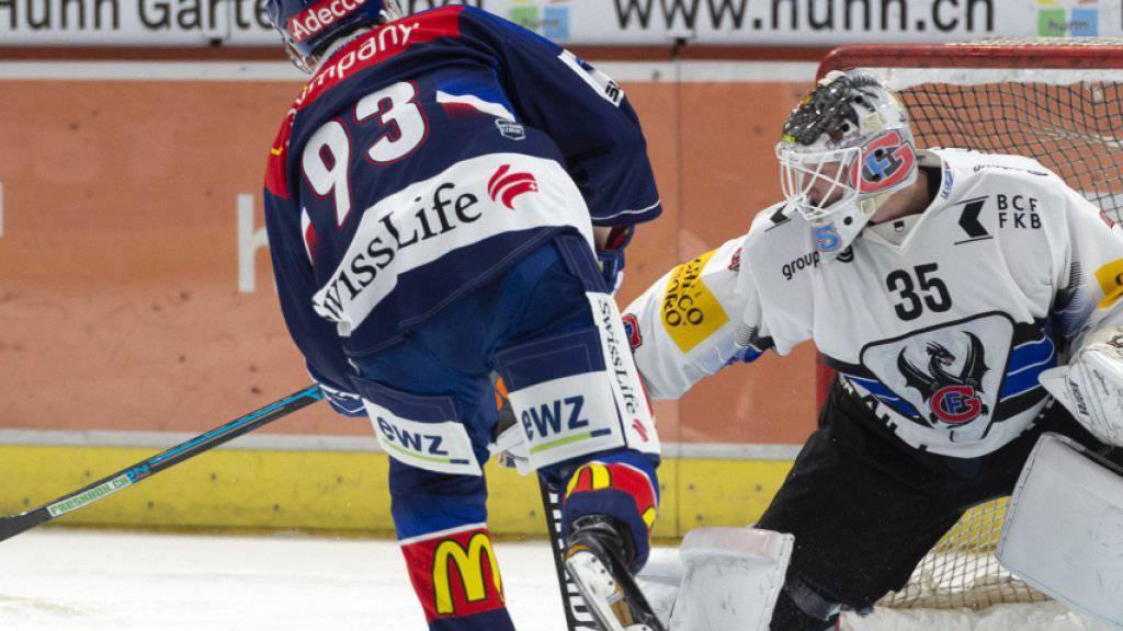 Yannick Brüschweiler von den Lions versenkt den Penalty gegen Freiburgs Goalie Ludovic Waeber