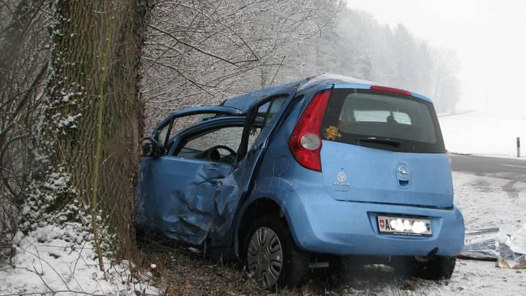Die Lenkerin dieses Wagens verstarb noch auf der Unfallstelle. (Bild: Kapo AG)