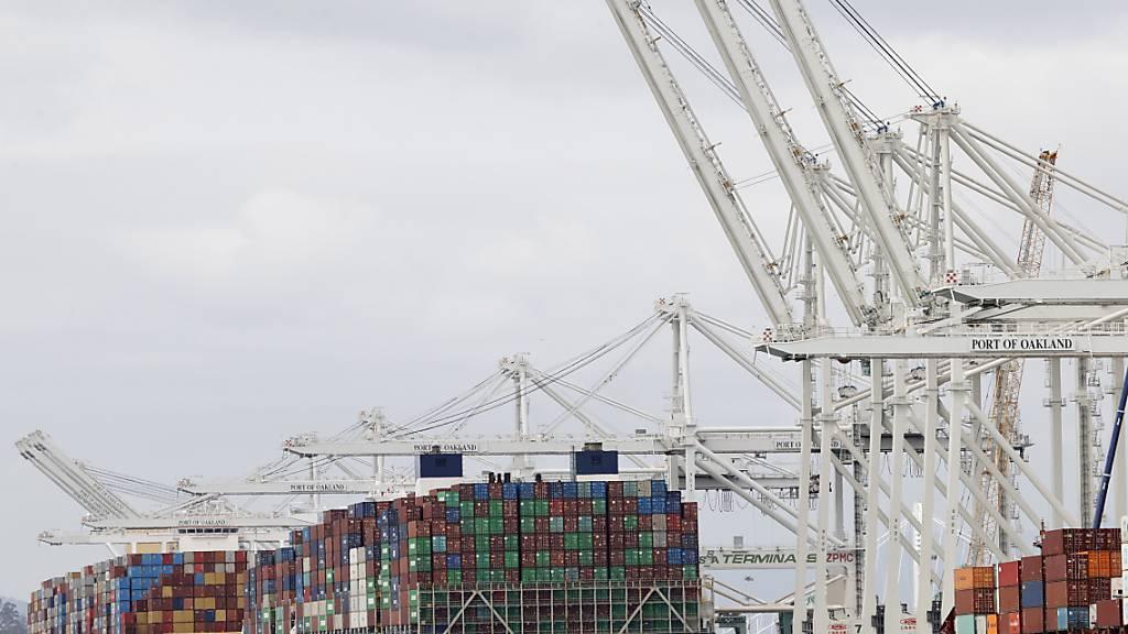 Die Schweizer Exportwirtschaft hat im Februar einen leichter Dämpfer erlitten. Nach dem positiven Start ins Jahr rutschten die Ausfuhren im Februar leicht ins Minus. (Symbolbild)