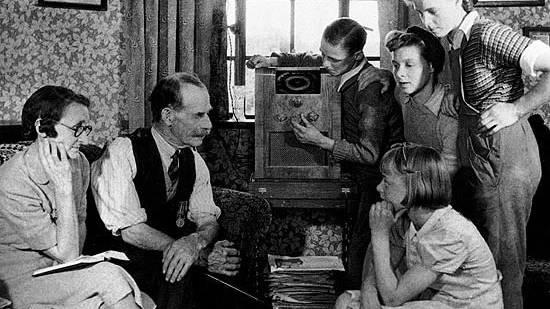 Auch ohne Vorschriften kann Radio familienfreundlich sein, wie dieses Foto zeigt. Die Verbote von Schimpfwörtern entstanden in den USA nämlich erst in den 70er Jahren. Jetzt sind sie gefallen.