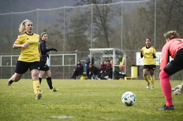 Die Therwilerinnen beim Angriff auf das Tor der FCA-Frauen.