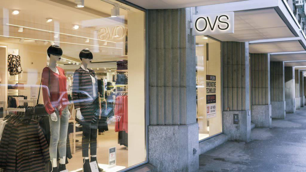 Knapp ein Jahr nach der Umgestaltung der Charles-Vögele-Läden in OVS-Geschäfte gibt der italienische Kleiderhändler auf. Rund 1'200 Angestellte verlieren ihren Arbeitsplatz. (Archiv)