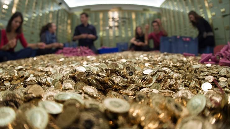 Jeder Schweizer soll 2500 Franken Lohn im Monat vom Staat erhalten - einfach so.