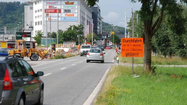 Behinderungen Auf der Bernstrasse Suhr wird intensiv gebaut. (to)