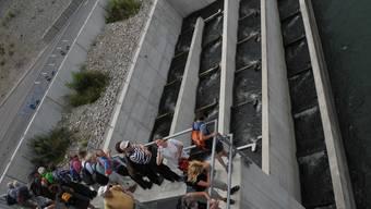 Damit schwimmschwache Fische auch flussaufwärts ihren Weg bestreiten können, wurde beim Kraftwerk Eglisau-Glattfelden, auf der Schweizer Uferseite des Rheins eine neue Fischtreppe erstellt. Auf Deutscher Seite wurde ein Lift erstellt. (Im Bild: Fischtreppe beim Rheinfelder Kraftwerk)