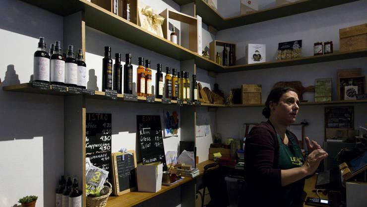 Georgia Mantzari betreibt das «Lemonia», ein kleiner Laden der sich auf traditionelle Griechische Produkte spezialisiert hat.