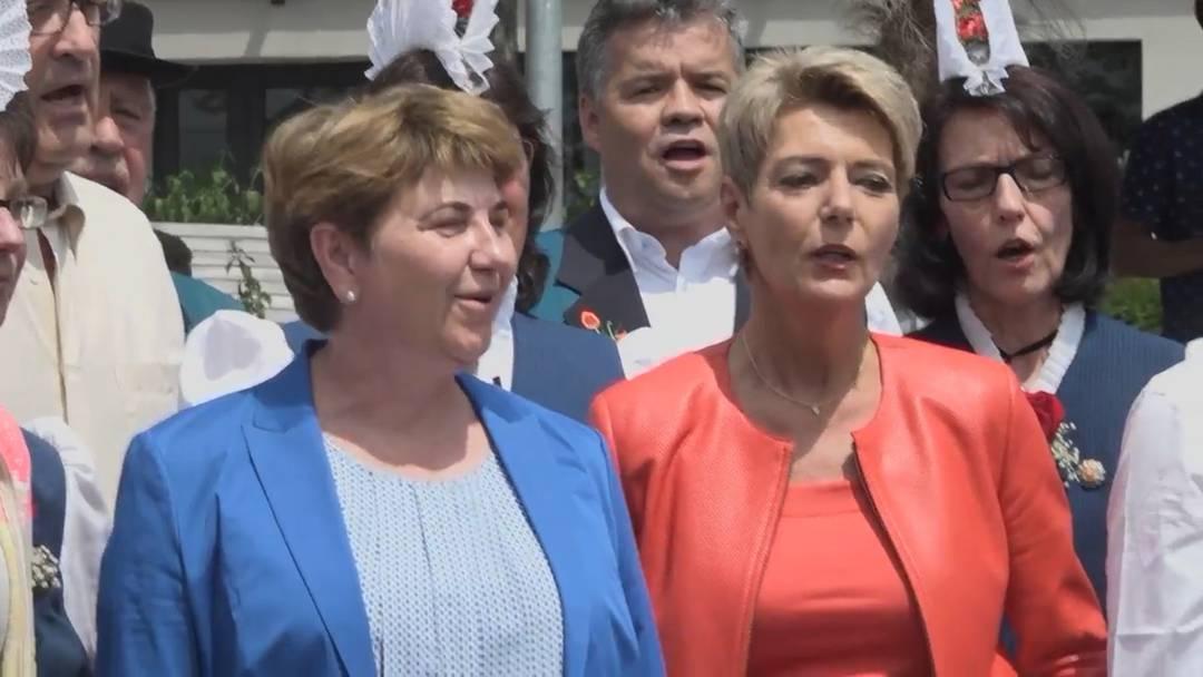 Der Bundesrat zeigt in Schwyz Talent beim Jodeln