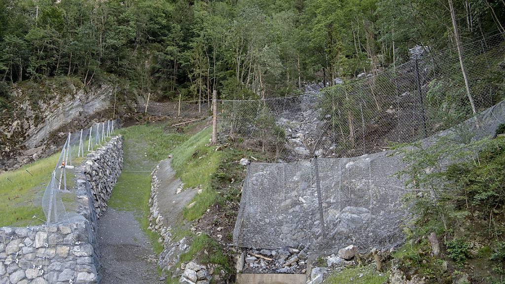 Die Sicherheitsnetze und Dämme im Steinschlaggebiet Gumpisch an der Axenstrasse, die nach einem Alarm gesperrt war. (Archivbild)