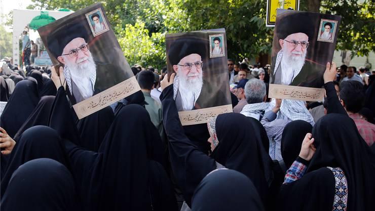 Bilder des Revolutionsführers an einer Kundgebung in Teheran: Ali Chamenei persönlich ist ins Visier der USA geraten.