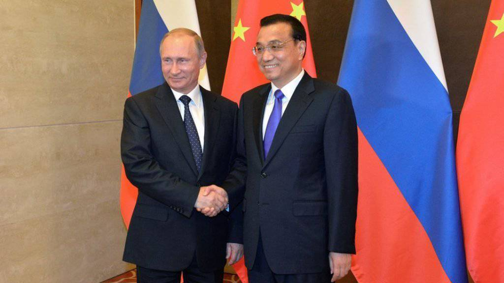 Wladimir Putin (links) und Li Keqiang am Mittwoch in Peking.