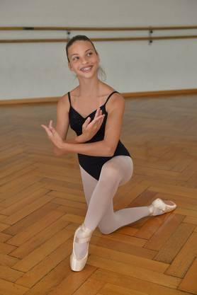 Die zwölfjährige Ballett-Tänzerin Viviana Cali übt im Studio