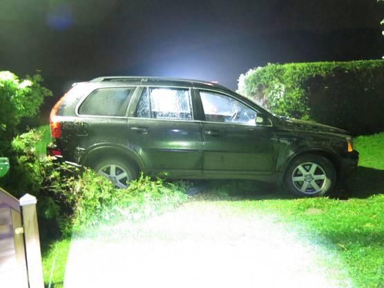 Das stark beschädigte Fahrzeug wurde durch ein Abschleppunternehmen aufgeladen und abtransportiert.