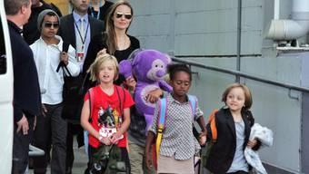 Angelina Jolie mit ihren Kindern Maddox, Shiloh, Pax, Vivienne, Zahara und Knox am Flughafen von Sidney.