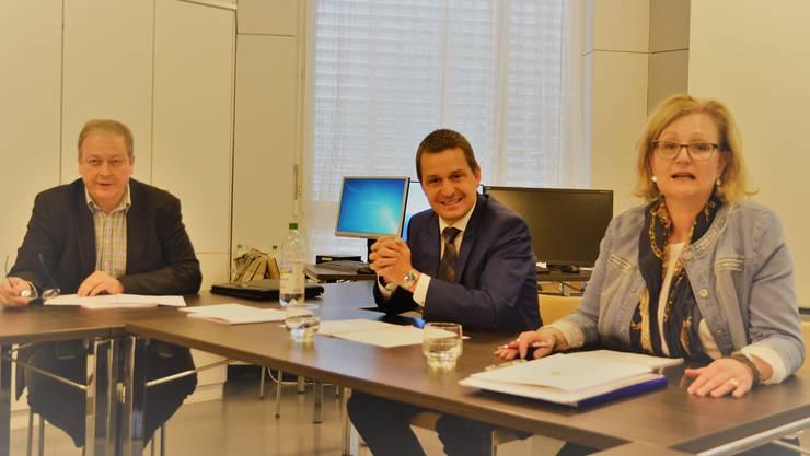 Nach den ersten 100 Tagen: CEO Daniel Strub (Mitte) zeigt zusammen mit Sabina Rüttimann, Präsidentin des Stiftungsrates, sowie Rainer Leuthard, CFO und CEO Stv. auf, welche Veränderungen anstehen. Der Jahresabschluss 2016 überzeugt mit einem erfreulichen Ergebnis. ES