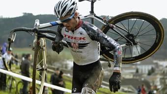 Auf dem Querparcours schultert er sein Rad, zu Hause hebt er sein Töchterchen in die Höhe. Lukas Flückiger packt in beiden Fällen kräftig mit an. Keystone
