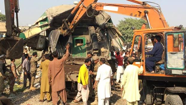Zwei Passagierzüge stiessen in Pakistan zusammen.