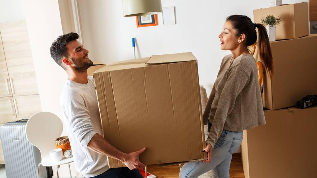 Schachtelnschleppen ist nicht die einzige Hürde, die du beim Umziehen überwinden musst. (Symbolbild)