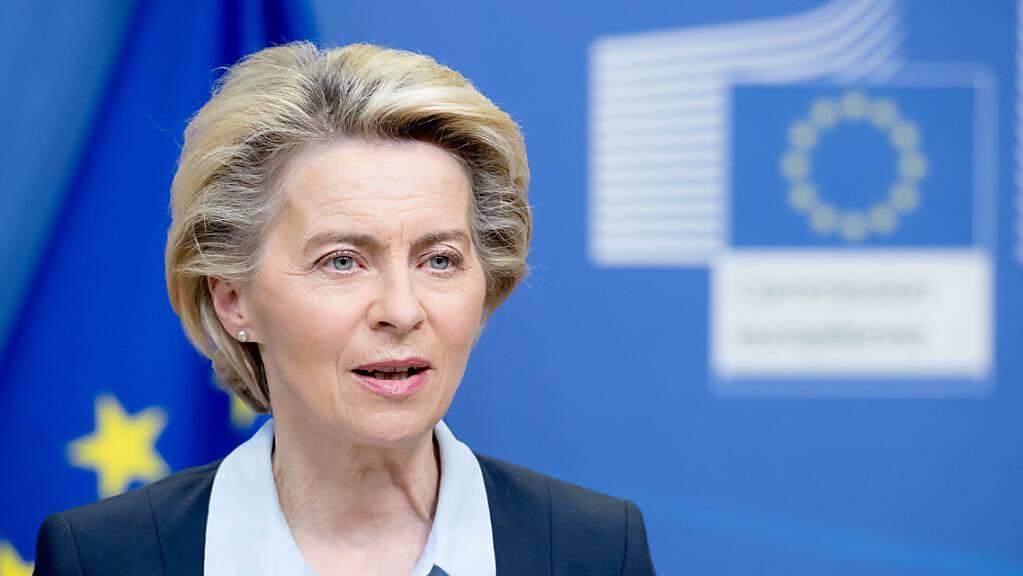 Ursula von der Leyen (CDU), Präsidentin der Europäischen Kommission, gibt im EU-Hauptquartier in Brüssel eine Presseerklärung ab.