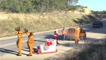 Aktionskünstler Gaillard versucht es mit allen Mitteln: Aber die Franzosen scheinen noch nicht so recht in Weihnachtsstimmung zu sein ...