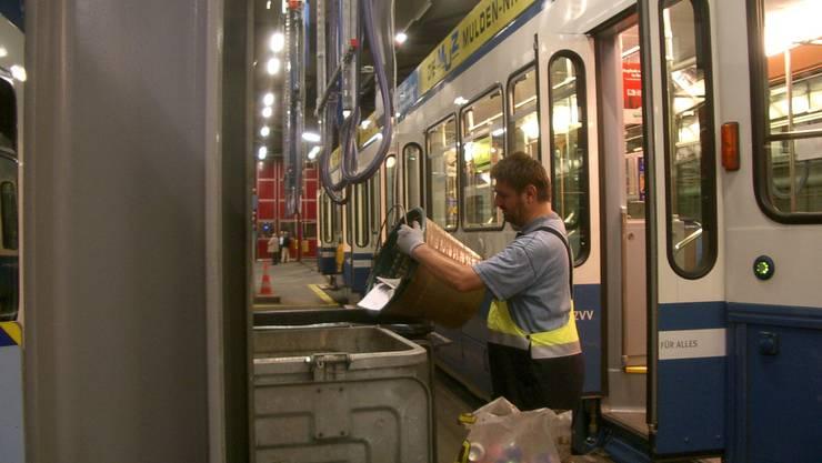 Esswaren und Gratiszeitungen: Im Tram sammelt sich viel Abfall an. silvan kämpfenEsswaren und Gratiszeitungen Im Tram sammelt sich viel Abfall an. Silvan Kämpfen