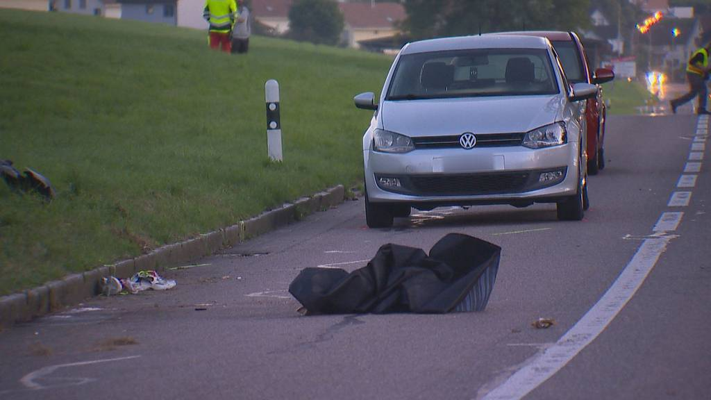 Auto stösst mit Lieferwagen zusammen und rammt zwei Fussgänger