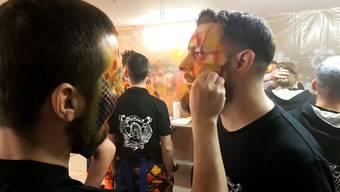 Dominic Kobelt wird zum ersten Mal geschminkt.