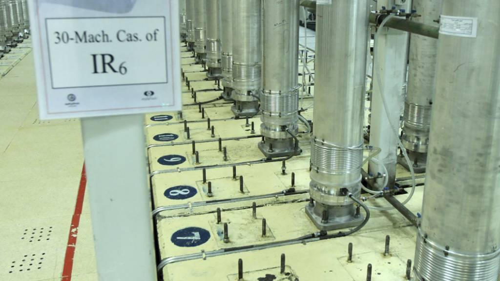 ARCHIV - Dieses von der iranischen Atomorganisation (AEOI) veröffentlichte Bild zeigt Zentrifugen in der Urananreicherungsanlage Natans. Foto: --/Atomic Energy Organization of Iran/AP/dpa - ACHTUNG: Nur zur redaktionellen Verwendung im Zusammenhang mit der aktuellen Berichterstattung und nur mit vollständiger Nennung des vorstehenden Credits