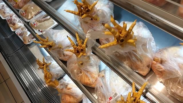 Hühnerfüsse im Einkaufsregal