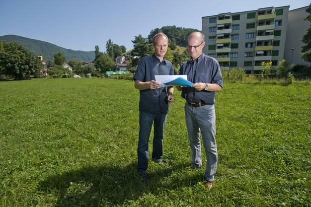 Gemeinderat Daniel Huser (links) und Urs Heimgartner, Chef Bau und Planung, auf dem Areal des künftigen Dollekindergartens Langäcker.