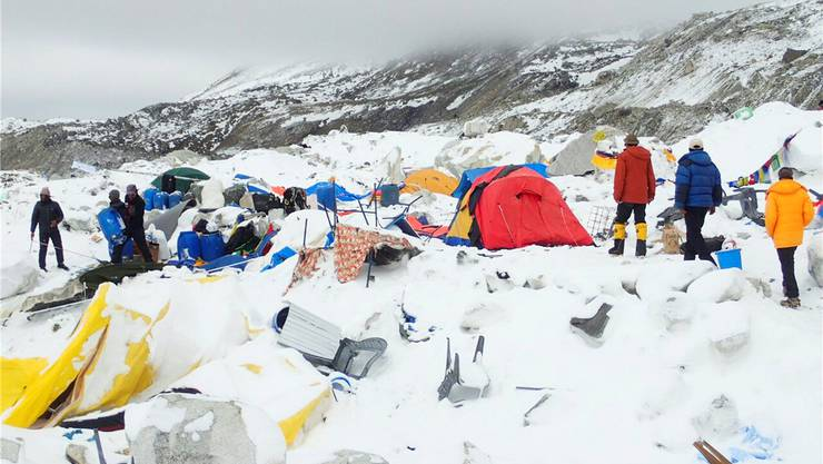 Eine gewaltige Lawine hat das Basislager am Mount Everest zerstört.