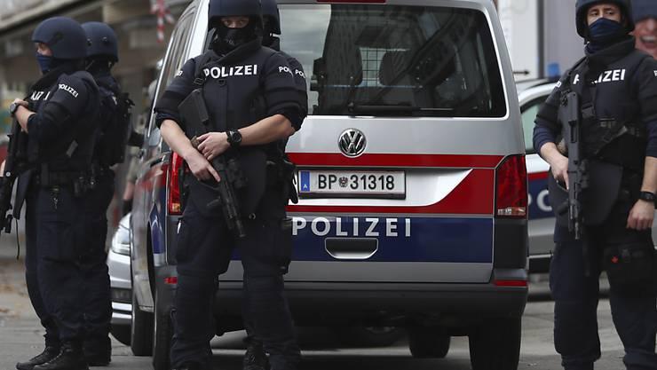 Polizisten am Tag nach dem Anschlag an einem der Tatorte. Foto: Matthias Schrader/AP/dpa