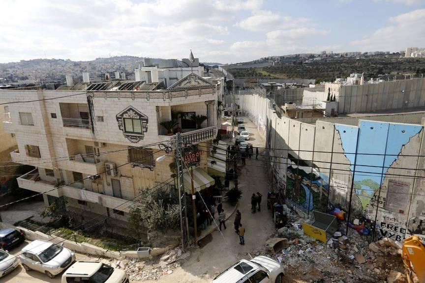 Das Hotel an der Grenzmauer. © EPA/ABED AL HASHLAMOUN